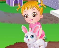 Малышка Хейзел заботиться о кролике