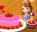 София украшает торт